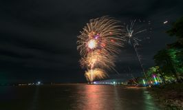 Nuovo anno 2018 dei fuochi d'artificio alla diga del jolasid del sak di PA Fotografia Stock