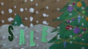 Nuovo anno del segno di vendita contro lo sfondo di un albero di Natale e di una neve dipinti video d archivio
