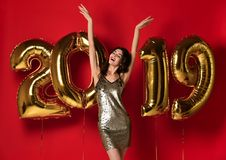 Nuovo anno Donna con i palloni che celebra al partito fotografie stock