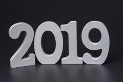 Nuovo anno due mila diciannove, numeri bianchi su un fondo nero immagini stock libere da diritti