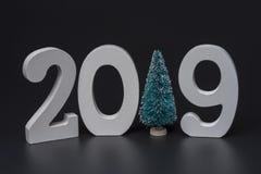 Nuovo anno due mila diciannove, numeri bianchi su un fondo nero immagini stock