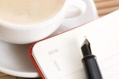 Nuovo anno e la prima tazza di caffè Fotografie Stock Libere da Diritti