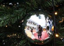 Nuovo anno e natale Riflessione nella palla dell'albero di Natale dello specchio immagini stock libere da diritti