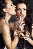 Nuovo anno felice con i bicchieri di vino di champagne Fotografia Stock
