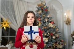 Nuovo anno felice Natale Il bambino gode della festa piccola ragazza seria a natale La mattina prima di natale Nuovo anno fotografia stock