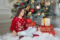 Nuovo anno felice Natale Il bambino gode della festa piccola ragazza seria a natale La mattina prima di natale Nuovo anno fotografie stock