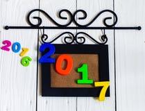Nuovo anno 2017, le figure nella cornice su fondo di legno bianco Fotografia Stock Libera da Diritti