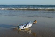Nuovo anno 2019, messaggio in una bottiglia fotografia stock