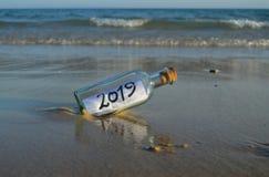 Nuovo anno 2019, messaggio in una bottiglia fotografia stock libera da diritti