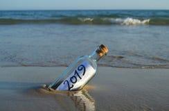 Nuovo anno 2019, messaggio in una bottiglia fotografie stock libere da diritti