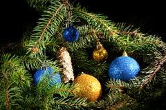 Nuovo anno Natale I giocattoli, albero di Natale si ramifica, coni, in Th Fotografie Stock