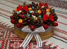Nuovo anno, natura morta festiva con i dadi delle bacche dei coni sulla tavola immagine stock