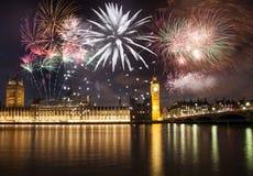 Nuovo anno nella città - Big Ben con i fuochi d'artificio Immagine Stock
