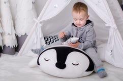 Nuovo anno nello stile scandinavo, albero di Natale, mamma con un bambino, giocattoli del ` s dei bambini, bambino di sonno Immagine Stock