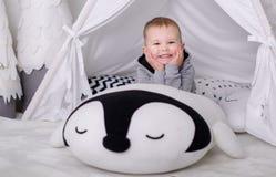 Nuovo anno nello stile scandinavo, albero di Natale, mamma con un bambino, giocattoli del ` s dei bambini, bambino di sonno Fotografia Stock
