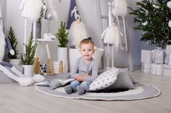 Nuovo anno nello stile scandinavo, albero di Natale, mamma con un bambino, giocattoli del ` s dei bambini, bambino di sonno Fotografie Stock