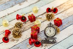 Nuovo anno o natale con la decorazione di natale e dell'orologio da tasca fotografie stock