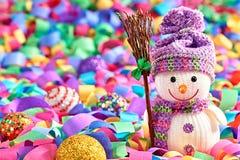 Nuovo anno 2016 Pupazzo di neve felice, serpentina della decorazione del partito Immagine Stock