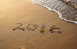 Nuovo anno 2016 scritto in spiaggia sabbiosa l'immagine è retro filtrata Fotografia Stock