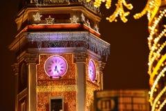 Nuovo anno a St Petersburg Costruzione decorata di duma di stato sulla notte di Natale fotografia stock