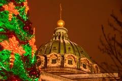 Nuovo anno a St Petersburg L'albero di Natale della cattedrale e di Kazan ha decorato l'albero di Natale immagini stock libere da diritti