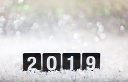 2019, nuovo anno su neve, fondo astratto delle luci del bokeh fotografia stock