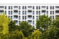 Nuovo appartamento moderno in natura Immagini Stock