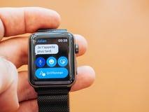 Nuovo Apple guarda la serie 3 sms del cellualr sopra l'orologio Fotografie Stock Libere da Diritti