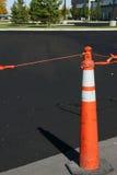 Nuovo asfalto ed il cono Fotografia Stock