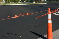 Nuovo asfalto ed il cono Fotografia Stock Libera da Diritti