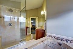 Nuovo bagno collegato alla camera da letto principale Fotografie Stock Libere da Diritti