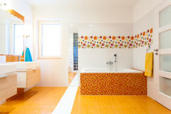 Nuovo bagno contemporaneo con le mattonelle arancio Immagini Stock
