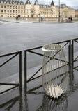 Nuovo bello recipiente specializzato dell'immondizia sulle vie di Parigi Immagini Stock Libere da Diritti
