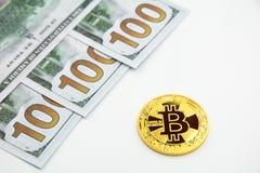 Nuovo bitcoin dorato e 100 dollari Immagine Stock