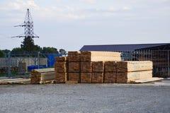 Nuovo bordo piegato alla base della costruzione legname Bordo del pino Immagini Stock