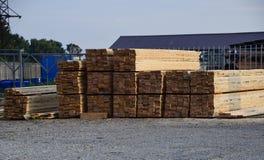 Nuovo bordo piegato alla base della costruzione legname Bordo del pino Fotografia Stock