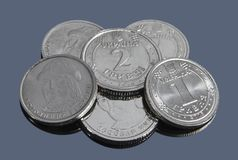 Nuovo campione delle monete ucraine di hryvnia su un fondo scuro immagine stock libera da diritti