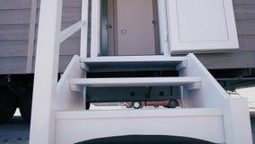Nuovo caravan, bello portico bianco stock footage