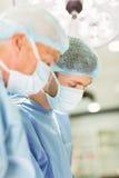 A nuovo chirurgo più anziano del chirurgo insegnando a come funzionare Immagine Stock