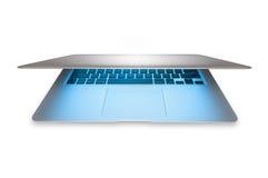 Nuovo computer portatile d'argento in alluminio isolato su bianco. Fotografia Stock