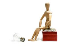 Nuovo concetto di idea Figura di legno dell'uomo e lampadina elettrica leggera Immagine Stock