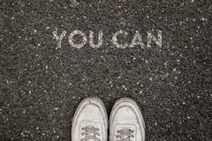 Nuovo concetto di vita, slogan motivazionale con la parola POTETE sul terreno di asfalto immagine stock