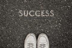 Nuovo concetto di vita, slogan motivazionale con SUCCESSO di parola sul terreno di asfalto immagine stock libera da diritti