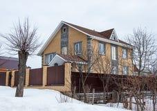 Nuovo cottage di giallo del mattone nell'orario invernale Fotografia Stock