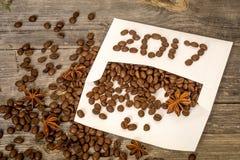 Nuovo 2017 dai chicchi di caffè sulla busta bianca Fotografia Stock
