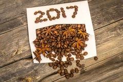 Nuovo 2017 dai chicchi di caffè sulla busta bianca Immagine Stock