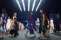 Nuovo ` 2017 di Homme Spring//Summer del ` del ` SIRIVANNAVARI della raccolta della sfilata di moda e del ` del ` S al modello re immagini stock libere da diritti