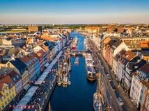 Nuovo distretto del canale e di spettacolo del porto di Copenhaghen, Danimarca Nyhavn Il canale harbours molte navi di legno stor fotografie stock libere da diritti