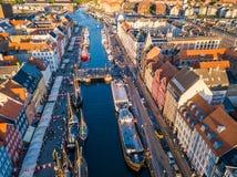 Nuovo distretto del canale e di spettacolo del porto di Copenhaghen, Danimarca Nyhavn Vista aerea dalla cima imperativo del turis fotografia stock
