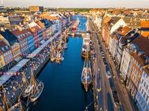 Nuovo distretto del canale e di spettacolo del porto di Nyhavn a Copenhaghen, Danimarca Il canale harbours molti di legno storici fotografia stock